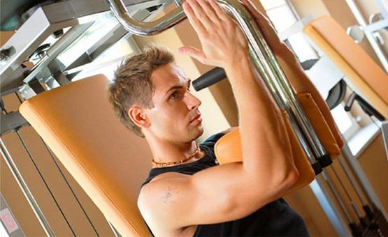 Какие упражнения на плечи с гантелями наиболее эффективны?