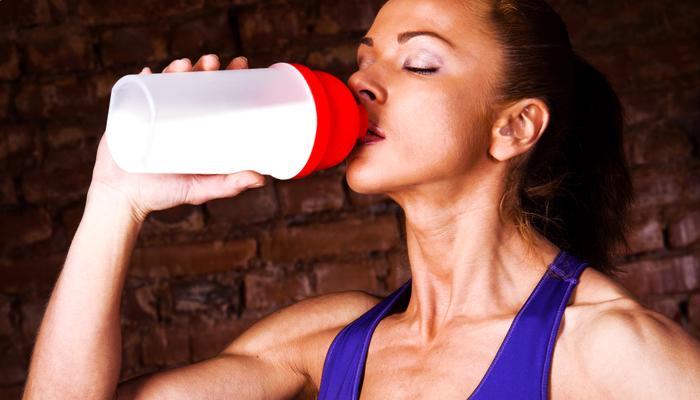 Прием напитка для мышц