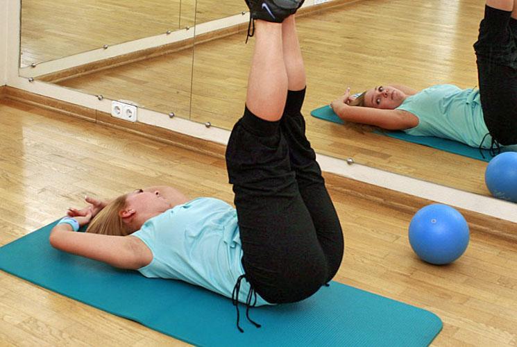 Популярное упражнение для пресса: подъем ног