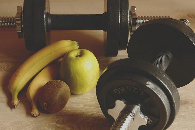 гантели и фрукты